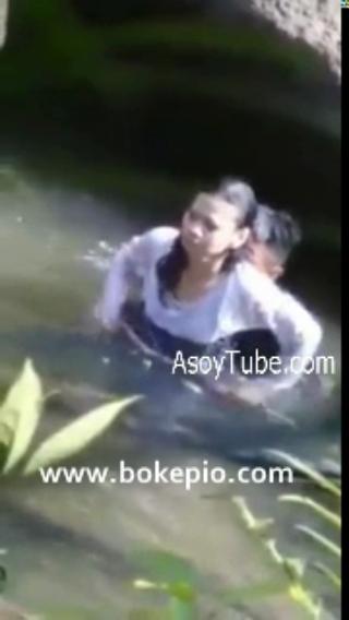Download vidio bokep Skandal Air Bergoyang Intip abg ngentot di sungai mp4 3gp gratis gak ribet