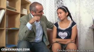 Download vidio bf Pak guru sudah tua ngentot sama murid abg lugu yang manis